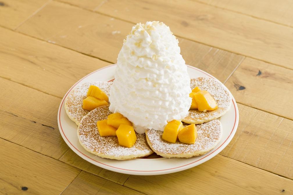 マンゴー、 ホイップクリームとマカダミアナッツのパンケーキ