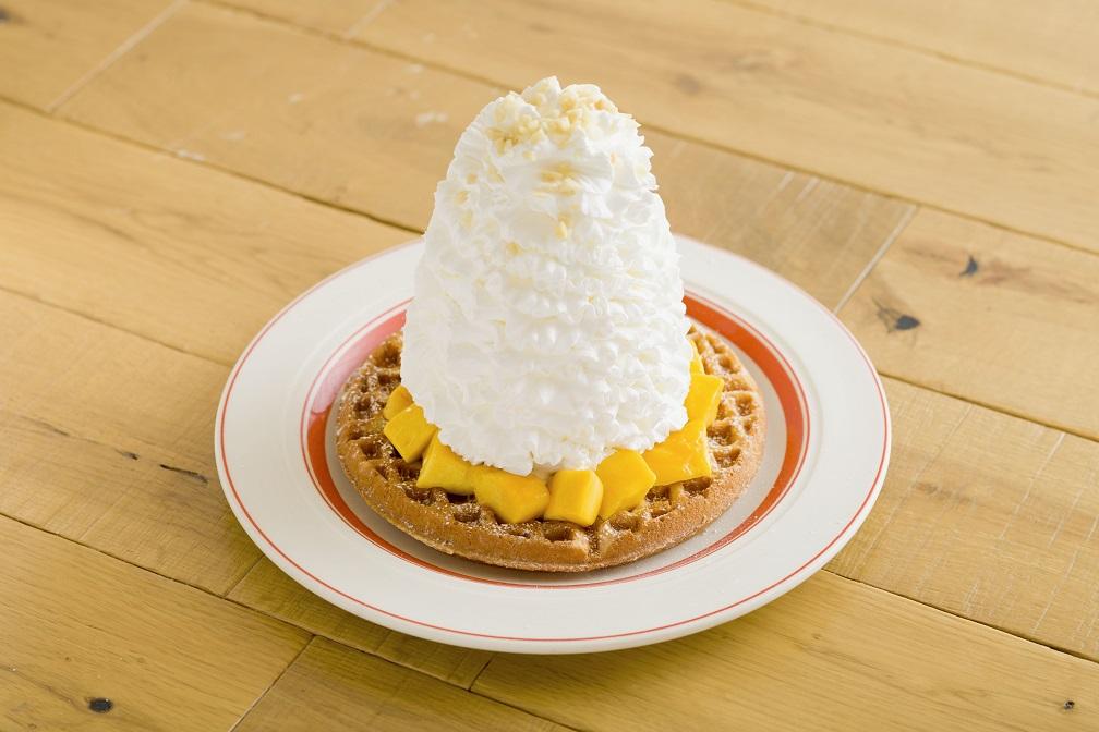 マンゴー、 ホイップクリームとマカダミアナッツのワッフル