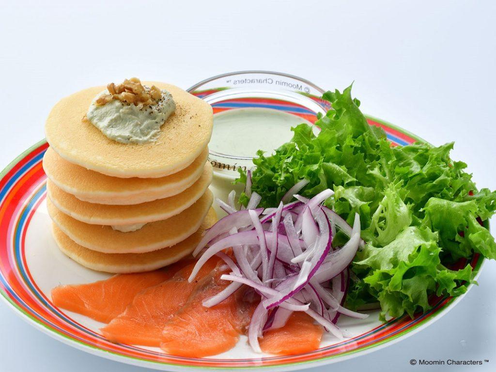 ムーミンカフェ サーモンとアボカドディップのお食事パンケーキ