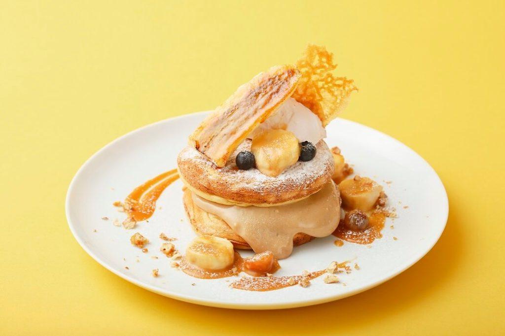 キャラメルバナナとプラリネクリームのパンケーキ