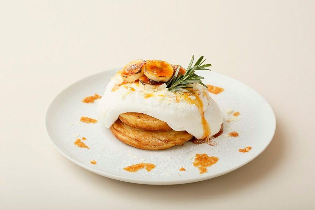 阿蘇ジャージーミルクとキャラメルバナナのクリーミーパンケーキ