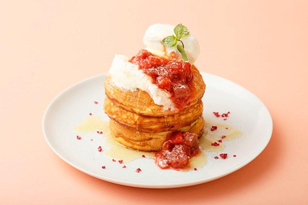 イチゴとルバーブのコンフィチュールとヨーグルトムースのパンケーキ はちみつバニラソース