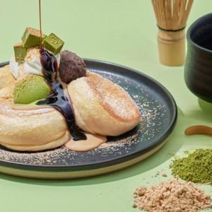 パンケーキ専門店「FLIPPER'S」新緑の季節到来!「奇跡のパンケーキ 深煎りきな粉と宇治抹茶」発売