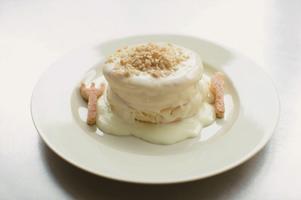 レインボーパンケーキ マカダミアナッツソースのパンケーキ