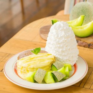 Eggs 'n Thingsより旬のアンデスメロンを贅沢に盛り付けた新作パンケーキ『アンデスメロンとはちみつのパンケーキ』が登場