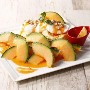 「むさしの森珈琲」夏の新作パンケーキは、フレッシュ国産赤肉メロンのサマーパンケーキ♪初夏にピッタリなフォトジェニックなメニューが新登場!
