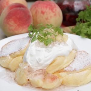 パンケーキ専門店『幸せのパンケーキ』で季節限定メニュー「国産白桃のローズヒップピーチパンケーキ」が今年も登場!