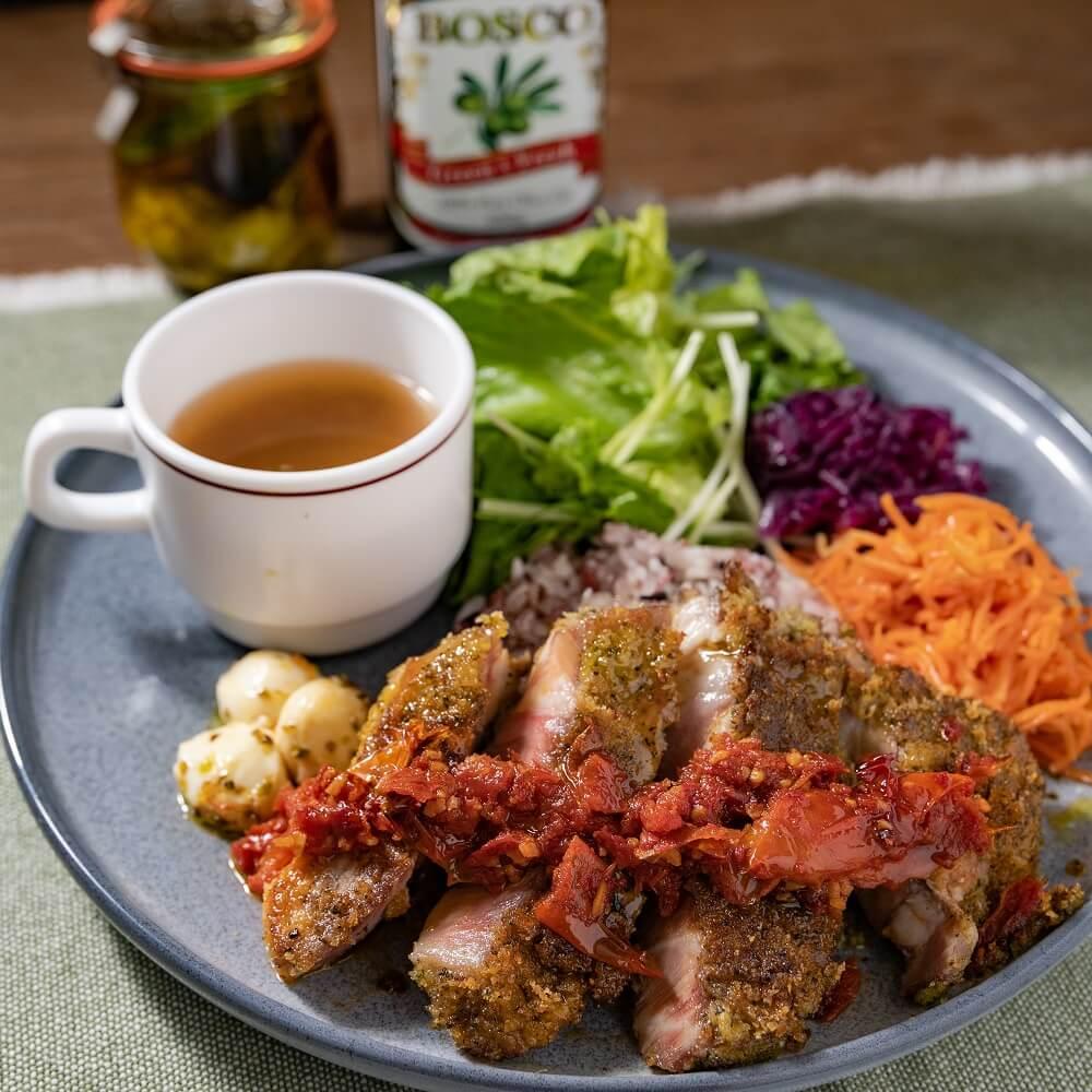 クラシル 食べるハーバリウムカフェ 豚肩ロースのペルシヤード ドライトマトソース