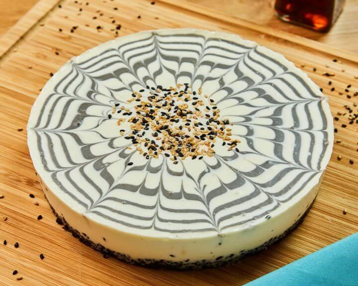 ゴマアイス専門店「GOMAYA KUKI(ごまや くき)」 黒ごまとヘーゼルナッツのマーブルチーズケーキ