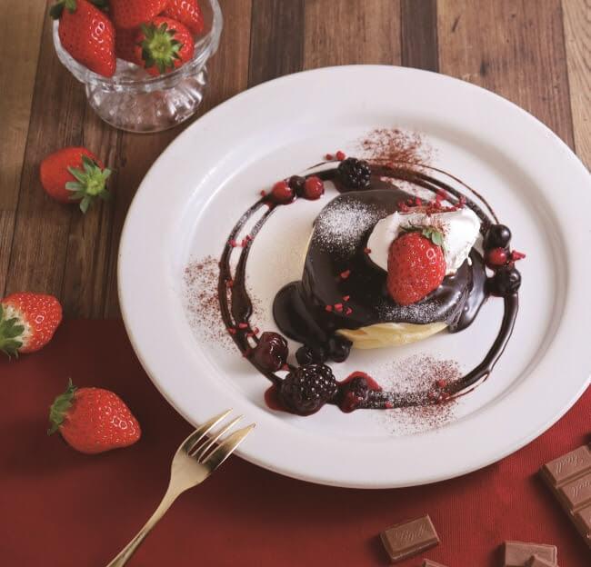 カフェココノハ 3種ベリーと濃厚チョコレートソースのパンケーキ