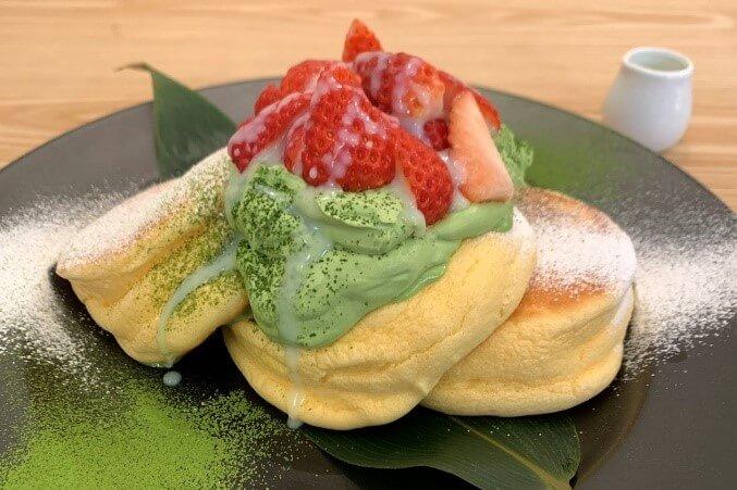 幸せのパンケーキ 練乳いちごと宇治抹茶ホイップパンケーキ