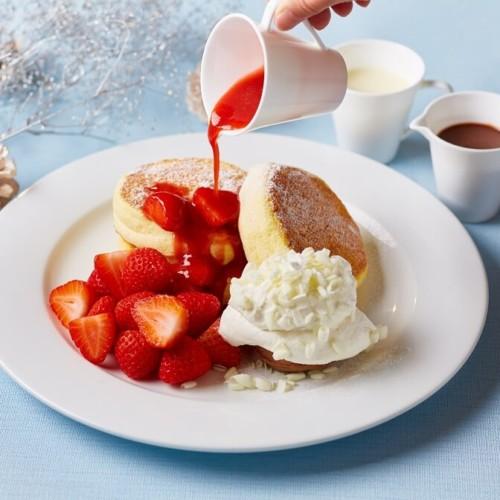 ホテル インターコンチネンタル 東京ベイの「ニューヨークラウンジ」 苺のシルキーパンケーキ 3種のソースを添えて