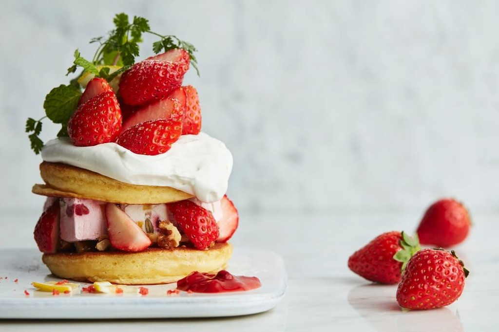 J.S. PANCAKE CAFE  苺とフルーツアイスのパンケーキ