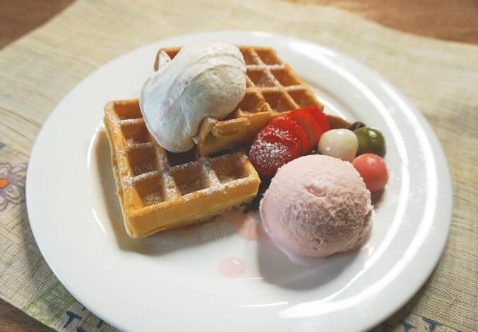 〈カフェ 英國屋〉桜アイスと3種白玉のワッフル
