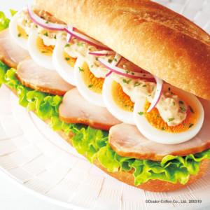 ドトールコーヒーで新ミラノサンド『スモークチキンと半熟たまご ~味噌ジンジャーソース~』を発売開始!