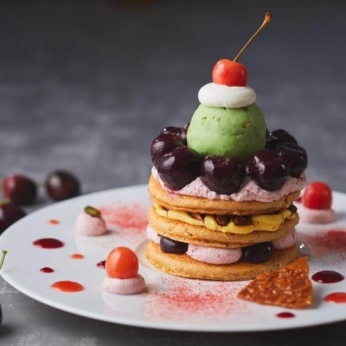 ザ ストリングス 表参道 1階「Cafe & Dining ZelkovA」チェリーとアーモンドプラリネのパンケーキ