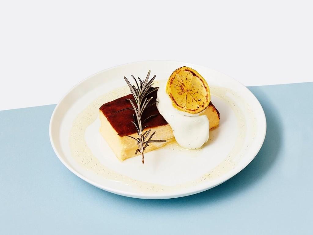 カフェ&ブックス ビブリオテーク北海道産カマンベールのバスクチーズケーキ