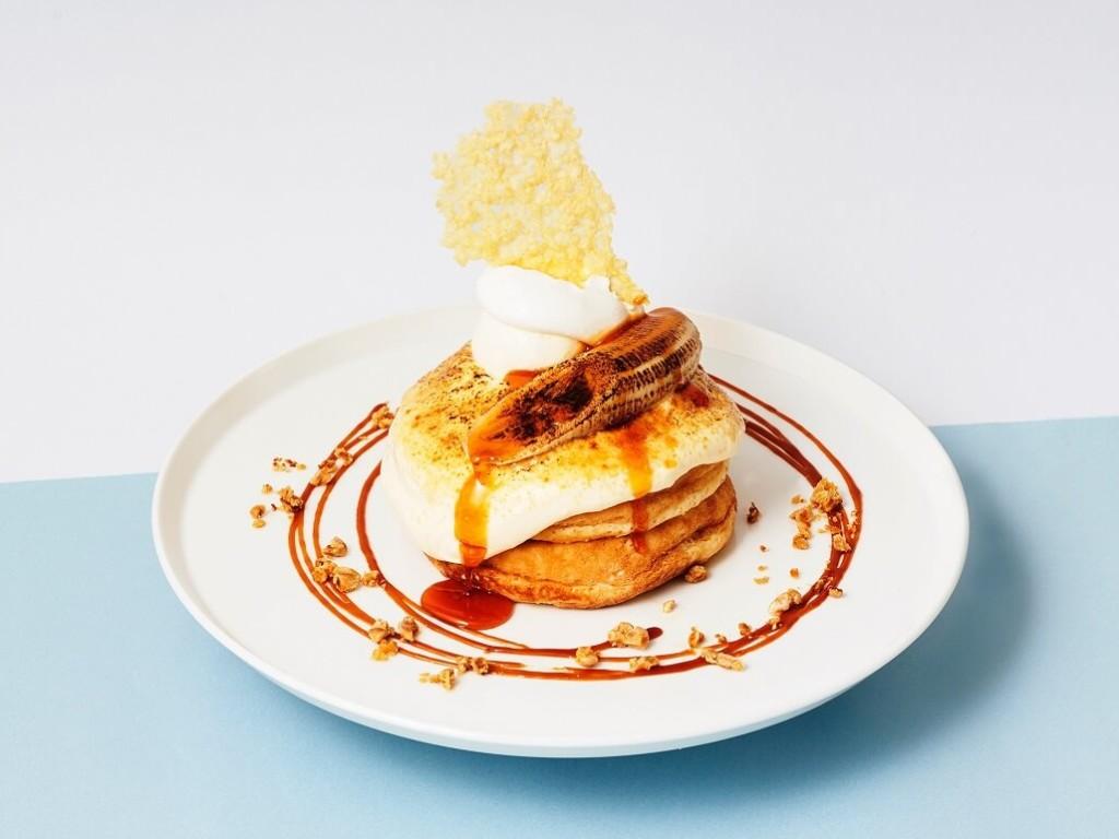 カフェ&ブックス ビブリオテーク北海道産リコッタクリームとキャラメルバナナのチーズブリュレパンケーキ
