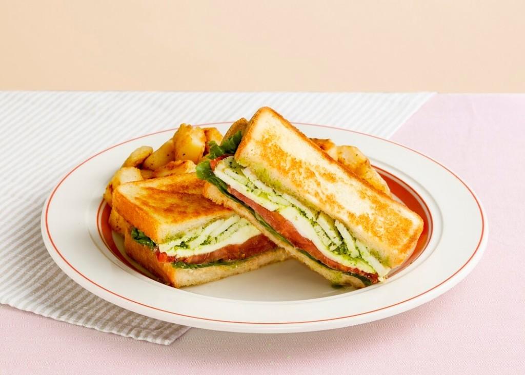 エッグスンシングス 『モッツァレラチーズとバジルチキンのホットサンド』