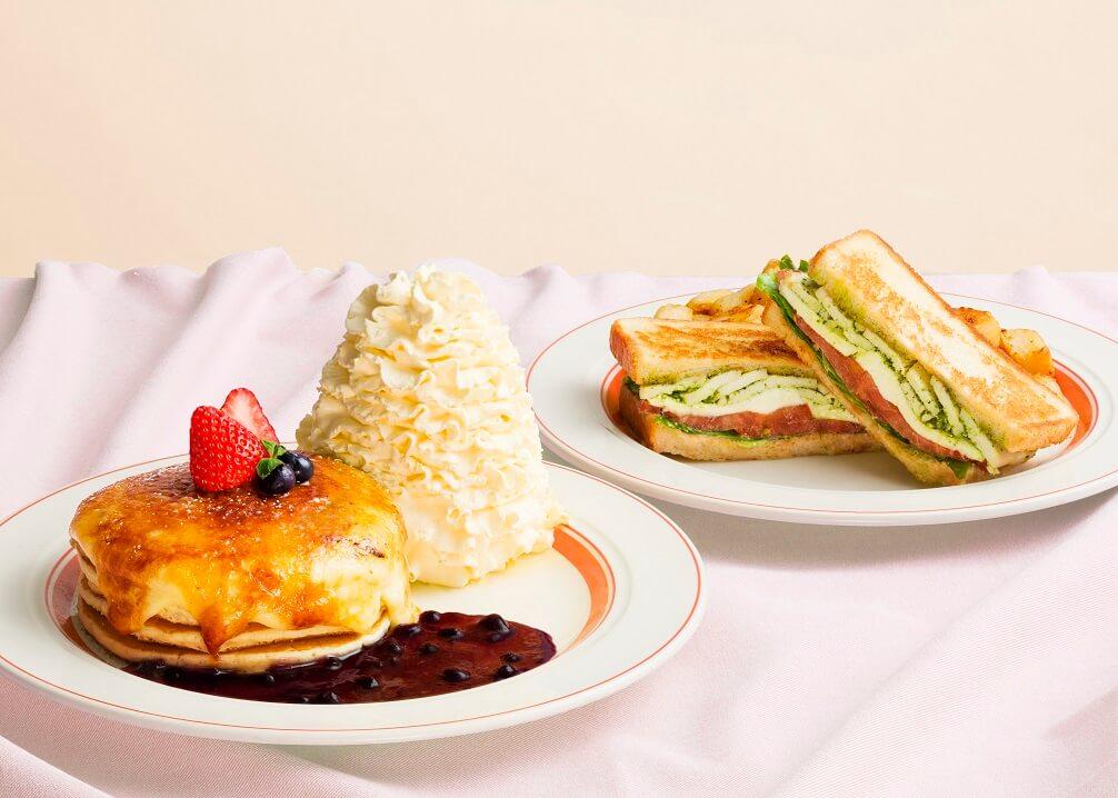 エッグスンシングス 『クリームチーズのブリュレパンケーキ』・『モッツァレラチーズとバジルチキンのホットサンド』