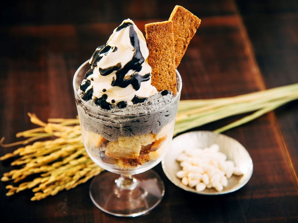 AKOMEYA食堂 黒胡麻のソフトクリームパフェ