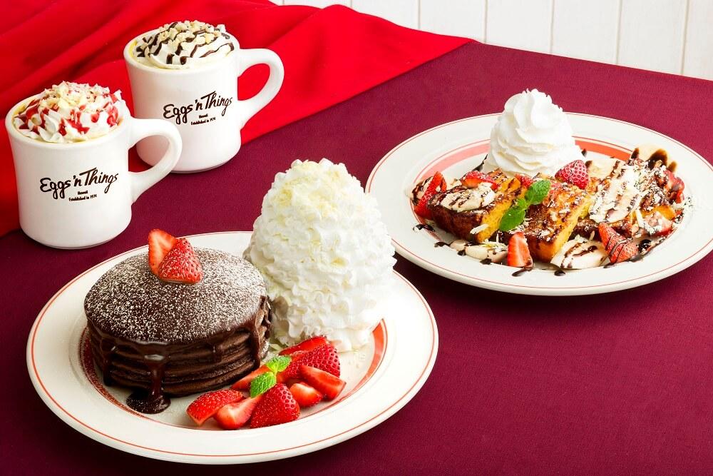 エッグスンシングス 「とろけるフォンダンショコラパンケーキ」「ストロベリー&バナナチョコ・フレンチトースト」