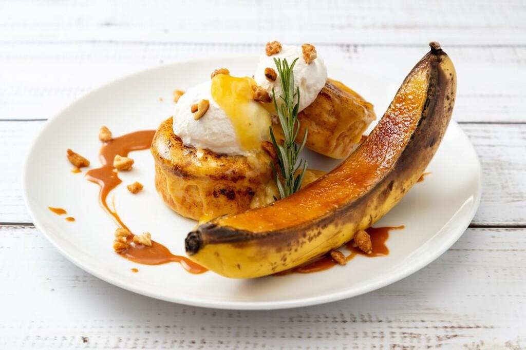 赤坂エクセルホテル東急 フレッシュバナナの焦がしブリュレ メープルシロップとローズマリー香るパンケーキ