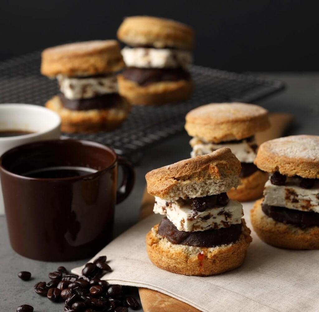 BAKERS gonna BAKE 全粒粉のスコーンサンド コーヒー餡とキャラメルラムレーズン