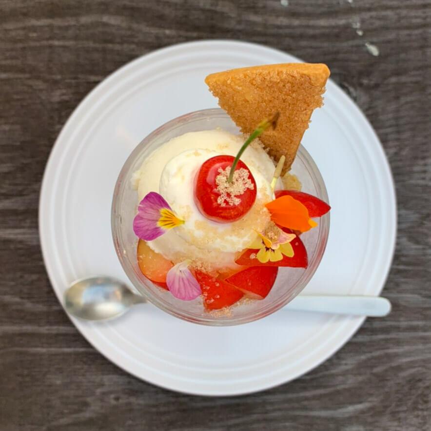 コマグラ カフェ『プラムとさくらんぼのパフェ