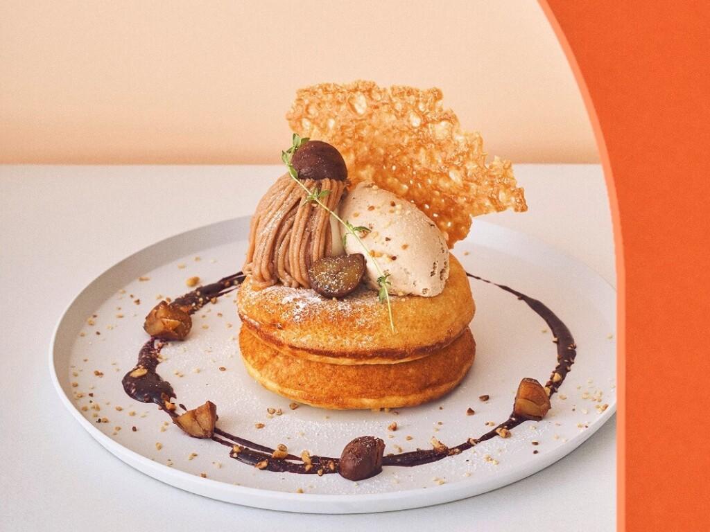 ビブリオテーク モンブランとプラリネクリームのパンケーキ カシスソース