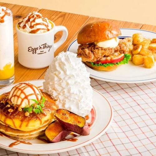 エッグスンシングス 『さつまいもブリュレパンケーキ』と『モチコフライドチキンバーガー』